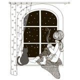 La ragazza sta sedendosi sul davanzale che guarda fuori la finestra, con il gatto nelle mani di una tazza di tè e di caffè caldi  fotografia stock