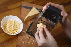 La ragazza sta sfregando il formaggio olandese Immagini Stock Libere da Diritti