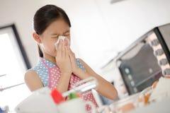 La ragazza sta soffiando il suo naso, allergico per flour Fotografia Stock Libera da Diritti