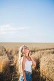 La ragazza sta sorridendo nel campo Fotografia Stock