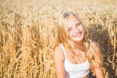 La ragazza sta sorridendo nel campo Fotografie Stock