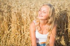 La ragazza sta sorridendo nel campo Fotografie Stock Libere da Diritti