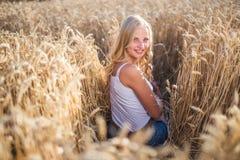 La ragazza sta sorridendo nel campo Immagine Stock