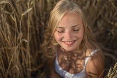 La ragazza sta sorridendo nel campo Immagine Stock Libera da Diritti