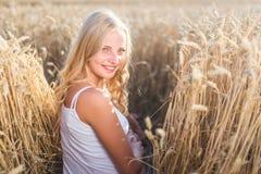 La ragazza sta sorridendo nel campo Immagini Stock Libere da Diritti