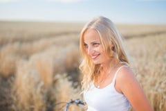 La ragazza sta sorridendo nel campo Fotografia Stock Libera da Diritti