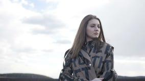 La ragazza sta stando nel campo stock footage
