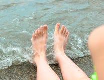 La ragazza sta stando nel mare vicino alla riva fotografia stock