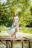 La ragazza sta stando sul pilastro Immagini Stock