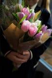 La ragazza sta tenendo il mazzo di tulipani Fotografie Stock