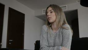 La ragazza sta toccando il suo mento archivi video