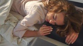 La ragazza sta trovandosi su un sonno scuro del cuscino stock footage