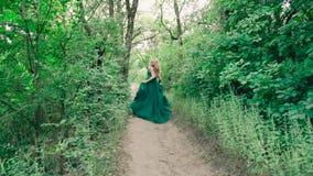 La ragazza stupefacente meravigliosa, come un carattere di fiaba, si allontana dal suo principe, vestito in vestito leggero lungo video d archivio