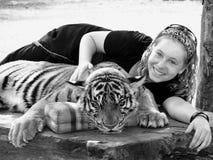 La ragazza su si chiude con la festa Asia della tigre di Bengala Fotografie Stock