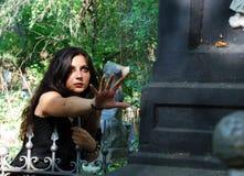 La ragazza su un cimitero Immagine Stock Libera da Diritti
