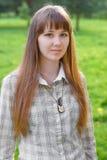 La ragazza su un fondo verde. Fotografia Stock Libera da Diritti