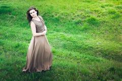 La ragazza su un prato verde Fotografie Stock Libere da Diritti
