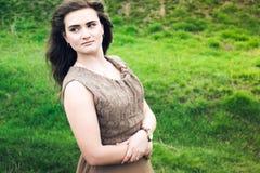 La ragazza su un prato verde Fotografie Stock