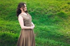 La ragazza su un prato verde Fotografia Stock Libera da Diritti