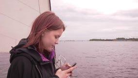 La ragazza su una barca gode dello slowmo fresco dell'aria di mare 4K UHD video d archivio