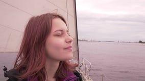La ragazza su una barca gode dello slowmo fresco dell'aria di mare 4K UHD stock footage