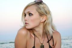 La ragazza su una spiaggia Fotografie Stock Libere da Diritti