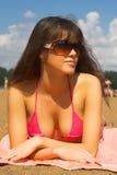 La ragazza su una spiaggia Fotografia Stock Libera da Diritti