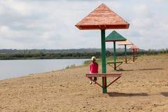 La ragazza su una spiaggia di autunno Immagine Stock