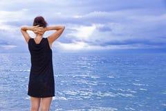 La ragazza sui precedenti del mare Fotografia Stock Libera da Diritti
