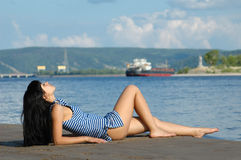 La ragazza sul litorale Fotografia Stock