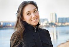 La ragazza sul riverbank fotografie stock libere da diritti
