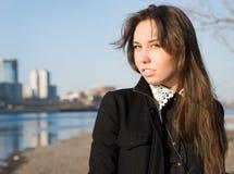 La ragazza sul riverbank fotografia stock libera da diritti