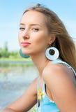 La ragazza sulla banca del fiume Fotografie Stock