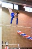 La ragazza sulla barra trasversale esegue in Hall Dynamo Stadium Fotografia Stock