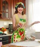 La ragazza sulla cucina Fotografia Stock