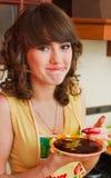 La ragazza sulla cucina Fotografie Stock Libere da Diritti