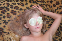 La ragazza sulla procedura nel salone di bellezza serio Fotografie Stock Libere da Diritti