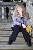 La ragazza sulla scaletta fotografia stock libera da diritti