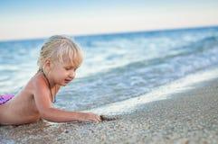 La ragazza sulla spiaggia fotografie stock libere da diritti