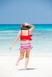 La ragazza sulla spiaggia di chai di tum del KOH che corre giù nel mare Fotografia Stock