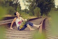 La ragazza sulle rotaie Fotografia Stock
