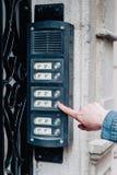 La ragazza suona il campanello Fotografie Stock Libere da Diritti