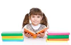 La ragazza sveglia ha letto il libro Isolato su priorità bassa bianca Fotografia Stock Libera da Diritti