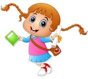 La ragazza sveglia va a scuola con la tenuta un libro e della carta su un fondo bianco Fotografia Stock