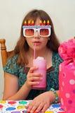 La ragazza teenager di compleanno beve l'acqua di ghiaccio Fotografie Stock