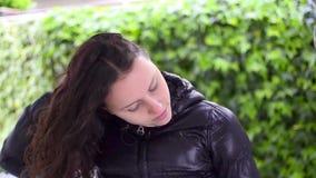 La ragazza teenager fa la sua acconciatura riccia video d archivio