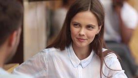 La ragazza teenager felice gode della prime data e conversazione con il tipo archivi video