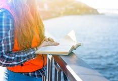 La ragazza teenager ha letto un libro nel parco della città all'aperto Fotografie Stock Libere da Diritti