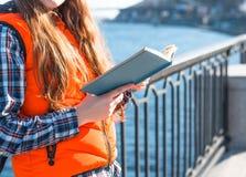 La ragazza teenager ha letto un libro nel parco della città all'aperto Fotografie Stock