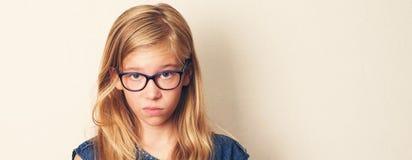 La ragazza teenager insoddisfatta guarda sospettoso, gl scettico e d'uso immagine stock